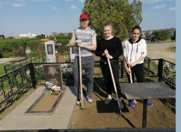 Сальские молодогвардейцы привели в порядок могилу ветерана