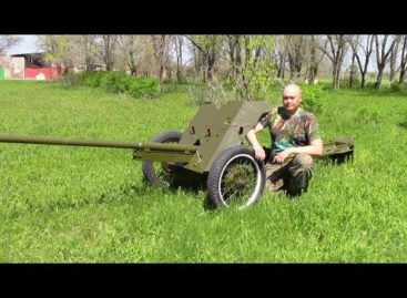 Сварщик из Белозерного увековечил пушку-сорокапятку в школьном дворе