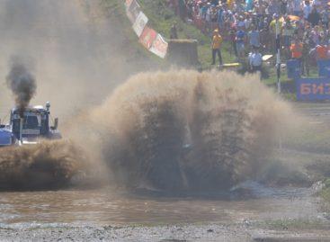 В погоне за трактором: механизаторы соревновались в гонках «Бизон-Трек-Шоу»