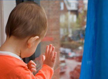 В Сальске двое малышей выпали из окна