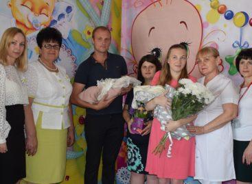 Два юных сальчанина получили свидетельства о рождении прямо в роддоме