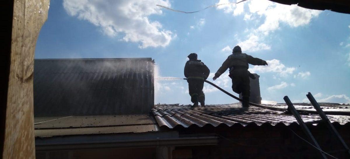 В Сальске, на улице Запорожской, огонь в домовладении от сарая перекинулся на летнюю кухню