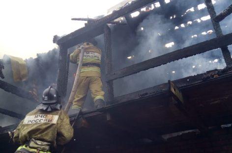 В Сальске, на улице Сурикова, горел жилой дом