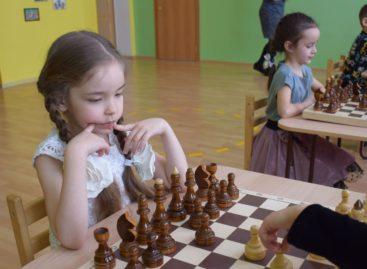 Сложная игра — шахматы — знакома и сальским дошколятам