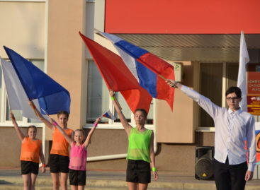 Дети, концерт и огромный триколор: в Сальске отметили День российского флага