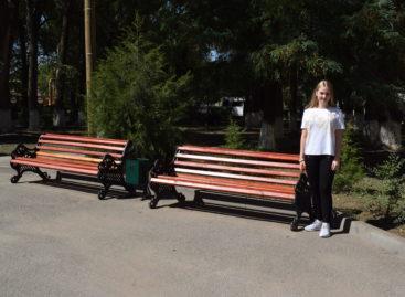 Не стесняться попросить: благодаря школьнице больничный двор Сальской ЦРБ украсили новые скамьи