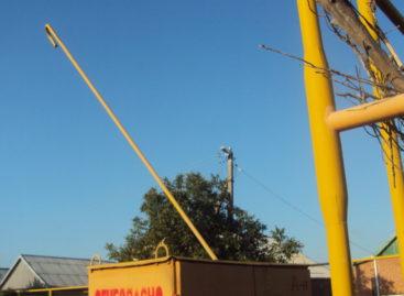 Из-за порывистого ветра некоторые жители Сальского района остались без света
