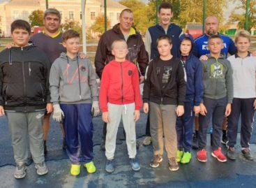 Матч поколений: сальские папы и сыновья сыграли в футбол