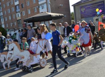 Сальчанам предлагают провезти своё маленькое счастье по главной улице города