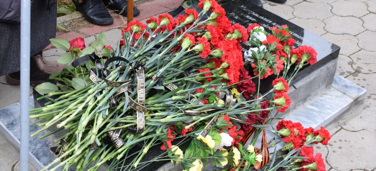 У братской могилы на старом кладбище в Сальске появилась мемориальная плита с двумя именами