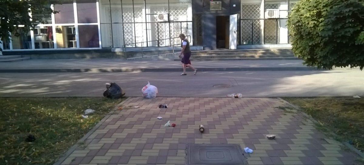 Даже центр Сальска не застрахован от мусора