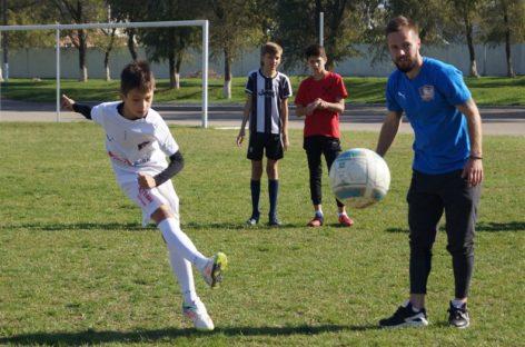 Мастер-класс от профи: юные футболисты сальской ДЮСШ пообщались с участниками команды «Чайка».