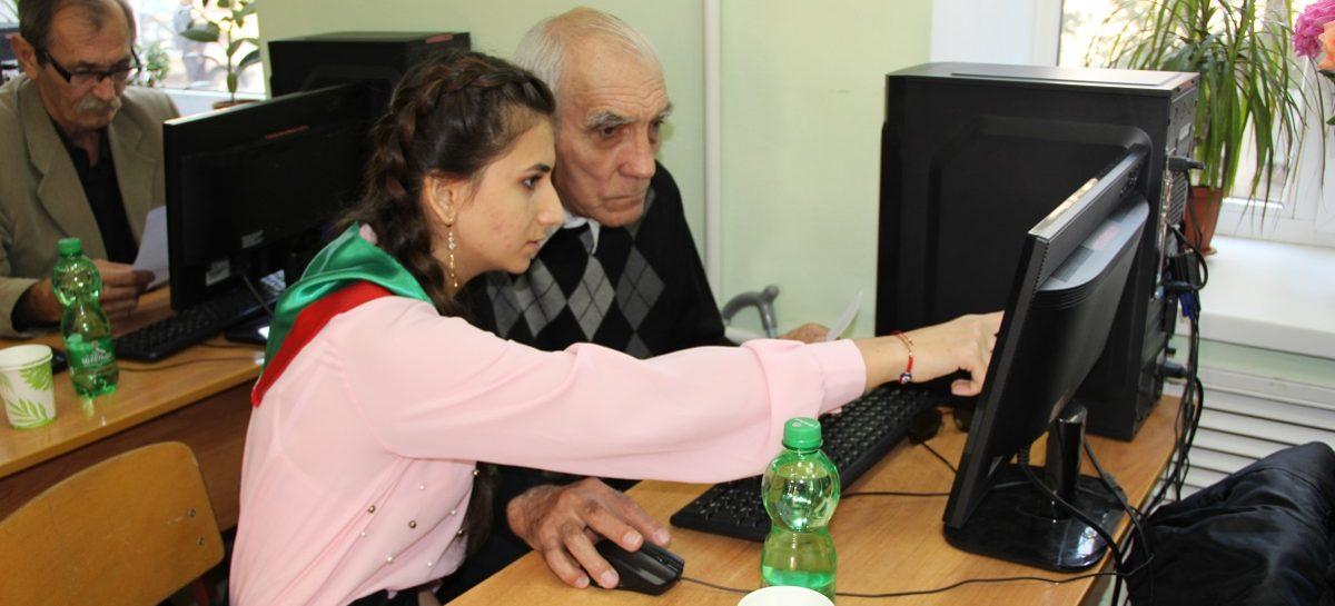 Старшее поколение сальчан переходит на «ты» с компьютером
