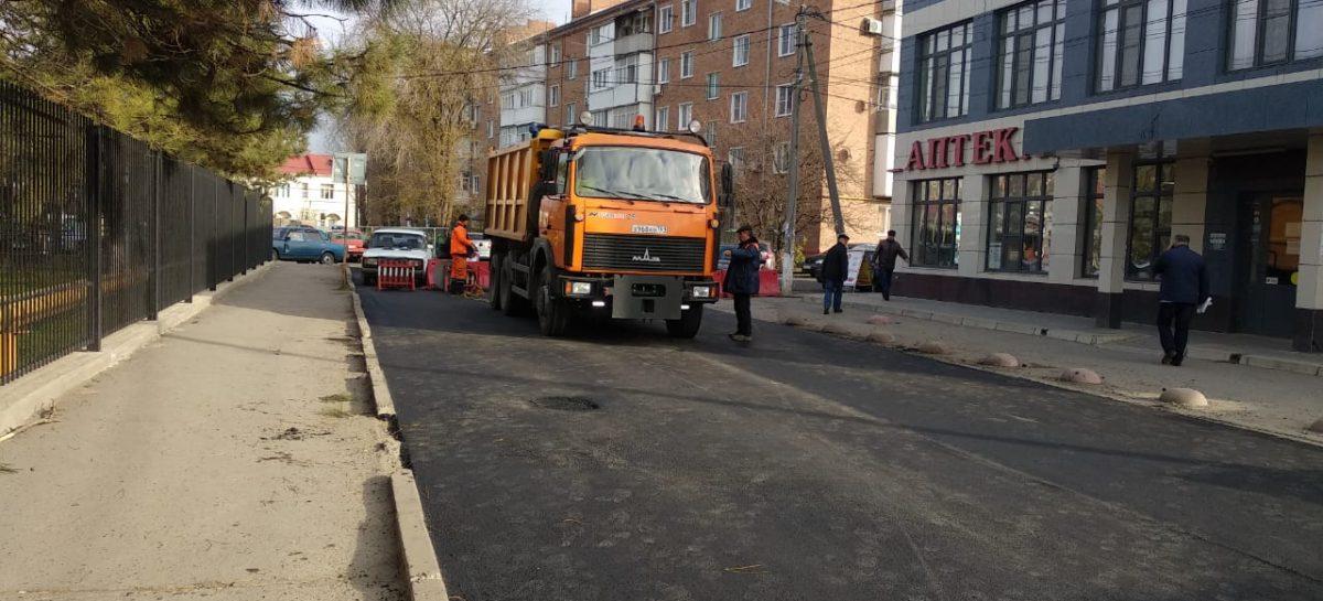 Возле районной больницы в Сальске обновили дорогу