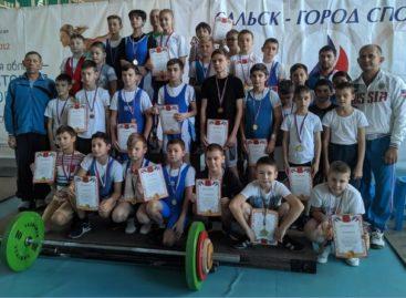 Победили штангу! Сальские тяжелоатлеты соревновались в спорткомплексе