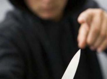 В Сальском районе мужчина с ножом и в маске среди бела дня ограбил почту