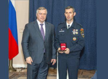 Василий Голубев вручил награду сальскому спасателю