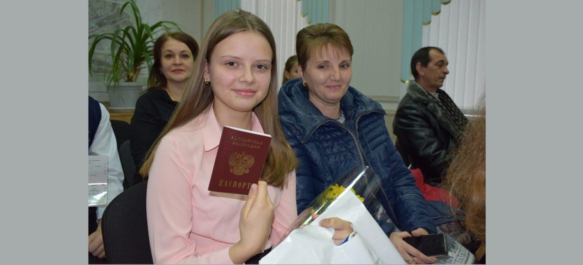 Юные сальчане в День Конституции получили свои первые паспорта