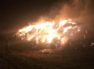 В посёлке Прогресс сгорела скирда соломы