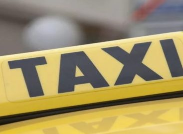 В такси, попавшем в аварию на путепроводе, двое пострадавших
