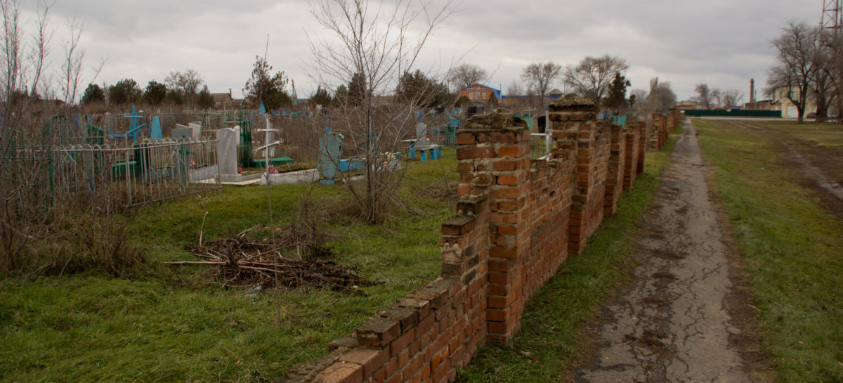 В Сальске поставят забор вокруг старого кладбища
