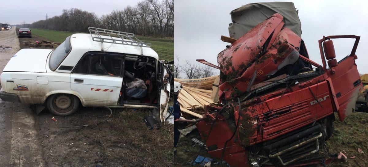 Под Сальском в аварии погиб человек, еще двое — пострадали