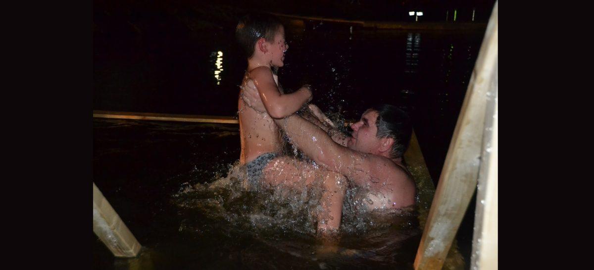 Около 800 жителей Сальского района приняли участие в крещенских купаниях