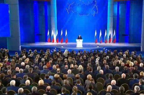 Путин в послании ФС предложил продлить период оказания поддержки малоимущим семьям с детьми