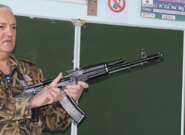 Наши защитники: гигантовец Александр Герасименко подает пример своим ученикам