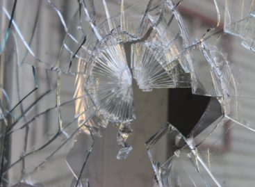 В Сальске пожилая женщина неудачно разбила стекло и получила травму