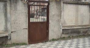 Когда же откроется ларчик? Калитка двора детской поликлиники еще заварена