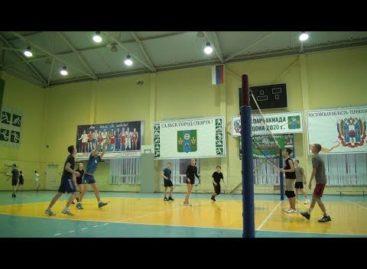 Как тренируются юные сальские волейболисты, чтобы обыгрывать взрослых?