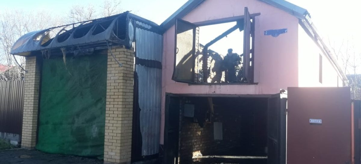 В Гиганте от замыкания в иномарке сгорели два гаража