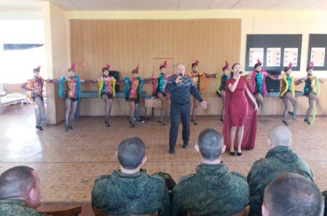 Юные сальчане поздравили с праздником солдат расквартированной в Сальске воинской части