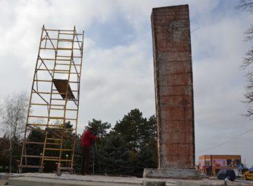 В Сальске ремонтируют мемориал «Поклон» на площади Свободы