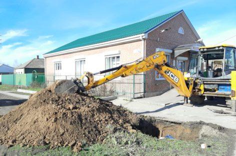 На пересечении улиц Суворова и Кутузова в Сальске заменили участок водопроводной трубы