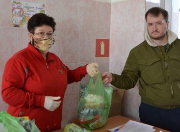 В школах Сальского района родители получили продуктовые наборы для детей