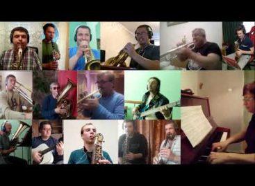 Сальский муниципальный духовой оркестр играет «День Победы» в самоизоляции