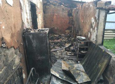 В посёлке Приречный горел четырёхквартирный дом