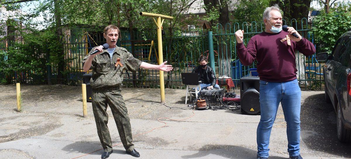 В Сальске артисты исполнили песни Победы прямо во дворах многоэтажек
