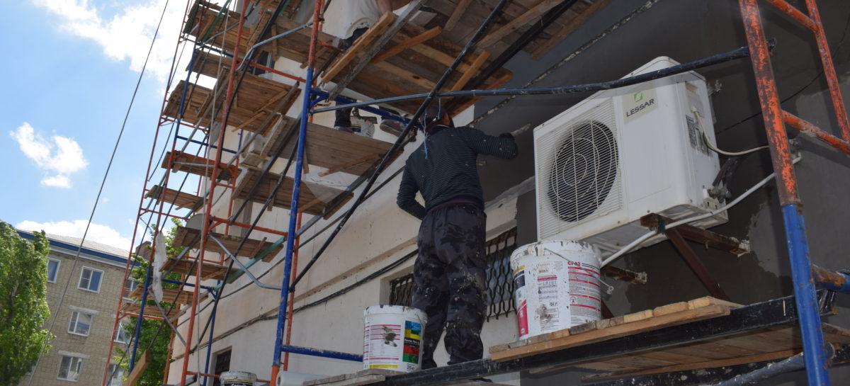 В Сальске идет капитальный ремонт пятиэтажки по Островского, 74