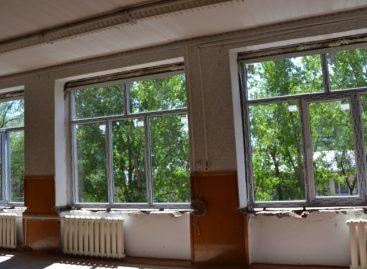 В школе № 7 в Сальске началась замена окон и входных дверей