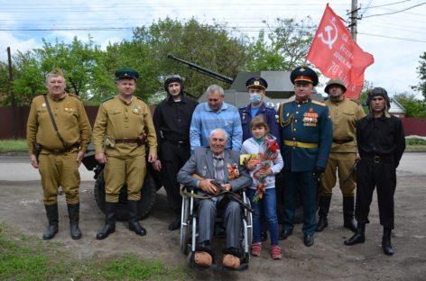 На фронтовом внедорожнике сальчане приехали поздравить освободителя Крыма