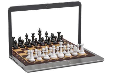 У монитора — за шахматами: молодые умы поучаствовали в праздничных шахматных онлайн-турнирах