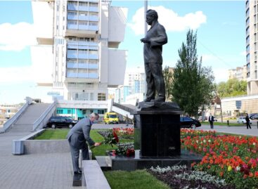 Глава Дона возложил цветы к памятнику Шолохову и принял участие в литературной акции