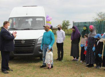 В Сальском районе многодетной семье подарили микроавтобус