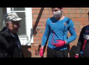 Сальские боксеры привезли подарки ветеранам