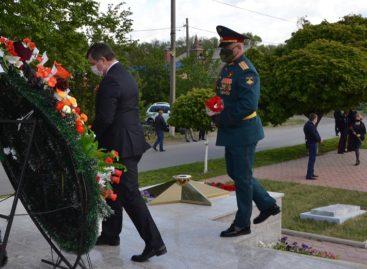 В День Победы к мемориалу «Поклон» возложили цветы
