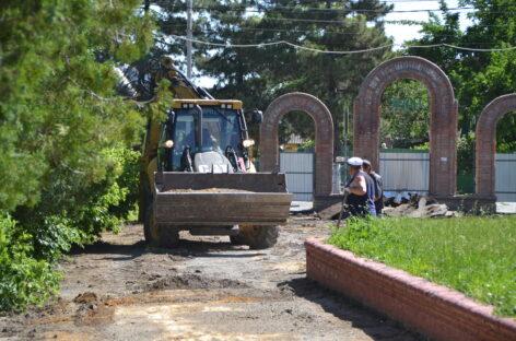 Успеть за полгода: в сальском парке культуры и отдыха началась масштабная реконструкция