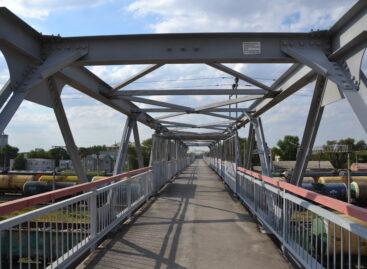 Сальские инвалиды не могут пользоваться пешеходным мостом через железную дорогу